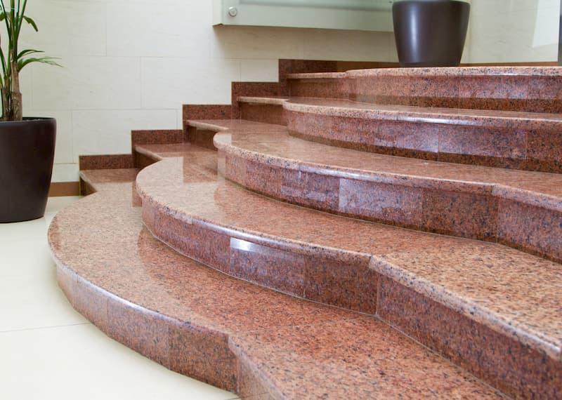 Лестницы со ступенями из камня